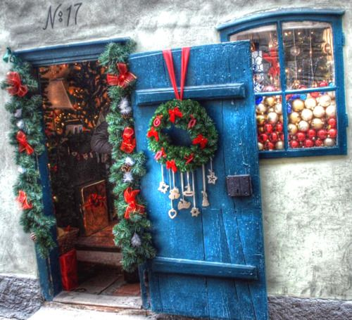 Look at the colours! Look at the door! Look at the ornaments in the window!! Why is it only in Greece you see that perfect shade of blue #christmas #greece www.ploosdesign.com