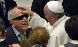 """Pape François - Pope Francis - Papa Francesco - Papa Francisco - Il Papa incontra ciechi e sordi: """"No alla cultura dell'esclusione"""""""