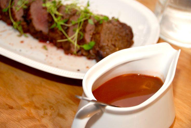 Se hvordan du laver en helstegt oksemørbrad med sauce bordelaise. Oksemørbraden steges rosa i ovnen, og serveres med den lækre bordelaise. Helstegt oksemørbrad med sauce bordelaise er en virkelig l…
