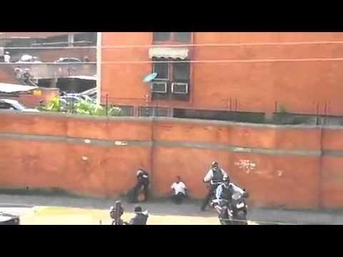 Policías Golpean a mujer en Base Aragua, Maracay Venezuela 13 Febrero 2014 #Venezuela #Chavez #Aragua