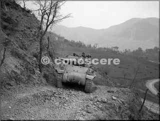 1945 feb-10 divisione di montagna in un tank su una strada ripida e rocciosa pressi di monte belvedere