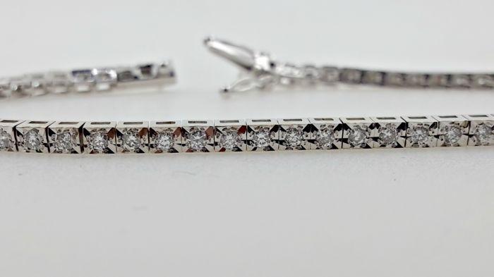 0.90 ct vs1 natuurlijke ronde briljante tennis armband gemaakt van 14 kt wit goud  Ladies' diamond tennis braceletEdelsteen: Natuurlijke aarde diamantVorm: rondeKaraatgewicht: 0.90 ctKleur: EDuidelijkheid: VS114 kt witgoud.Hij weegt 7.6 gOngeveer 18 CM meetVergrendeling gesp voor extra veiligheidKomt in een mooie geschenkverpakking!Objectnummer: AJ-17Ingeschreven en verzekerde verzendingUw land kan het opleggen van heffingen/belastingenDeze diamant is duidelijkheid verbeterd ter verbetering…