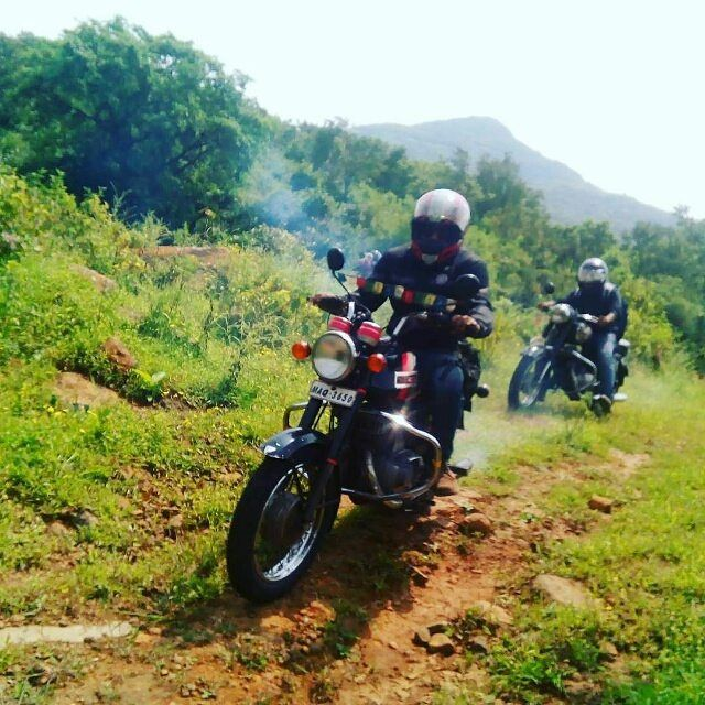 Yezdi Roadking 250cc  Repost @ronakbaraiya  More photos on - http://ift.tt/1MOOLiU  #jawa #jawamotorcycles.com #jawamotorcycles #jawayezdi  #idealjawa#2stroke #bikersofinstagram #bikeswithoutlimits #bikestagram #bikers #bikelife #bikeride #bikeporn #bikergang #motorcycles #yezdi #retro #czech #vintage #vintagebike #india #motocross #motorsport #motorbike #czechoslovakia