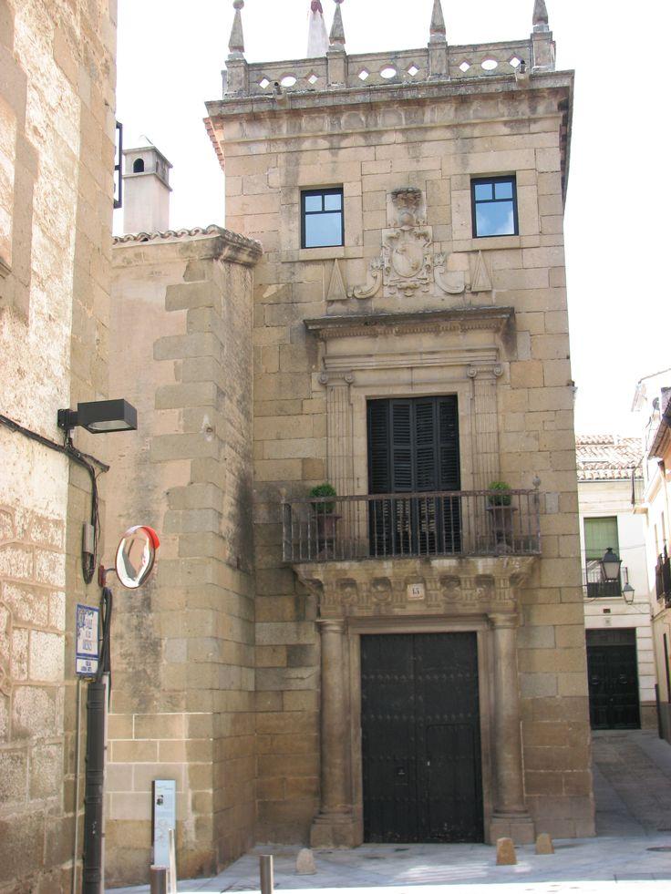El Palacio de los Almaraz -Grijalva se encuentra muy cerca de la Plaza Mayor, al fondo de la calle de los quesos. Muchas calles del centro de Plasencia nos hablan de gremios del pasado judío de la ciudad, tales son la calle vidrieras, zapatería... de los quesos.