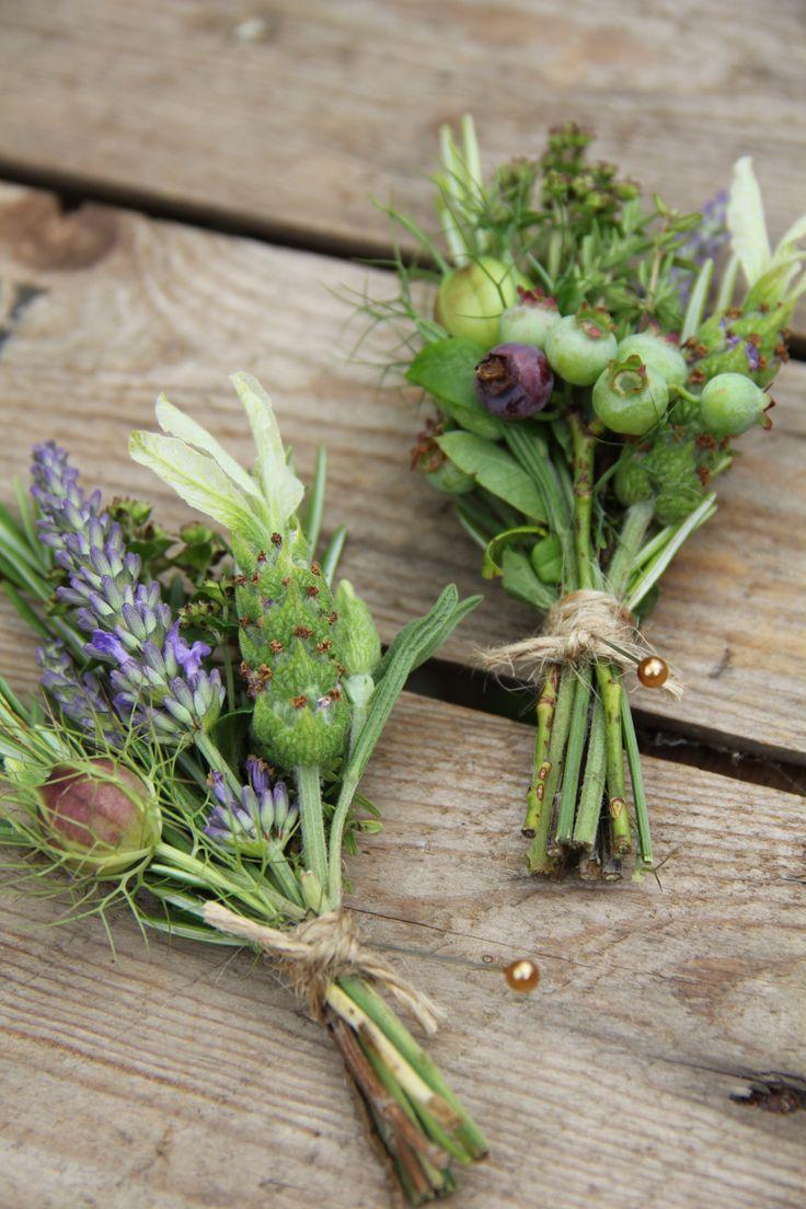 Schöne Idee: Kleine Sträuße aus Schopflavendel, Lavendel, Samenstände von Jungfer im Grünen, Heidelbeeren und Rosmarin.