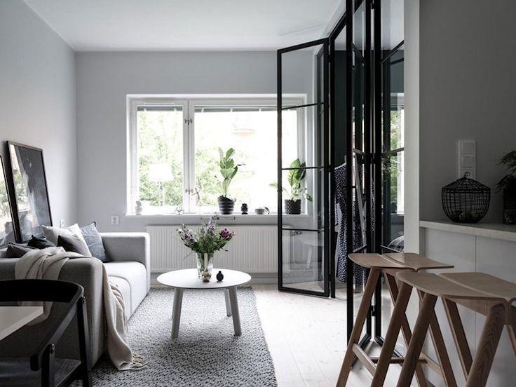 Apartamentos pequeños: crear una habitación separada con tabique divisorio y puertas vidriadas