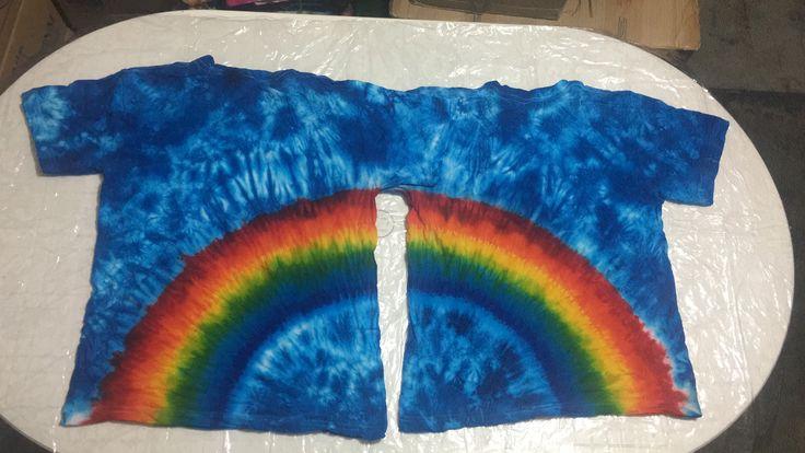 Diseño Arcoiris 2 camisetas :  Técnica Tie Dye con diseño cosido en mitades continuas teñido Tintes Iris :Arcoiris (Azul Rey#38, Azul Turquesa #28, Lima limón #43, Amarillo#1, Naranja#3, Rojo#9) Fondo cielo Técnica Arrugado y teñido Tintes Iris Azul Celeste#18.  Sunty