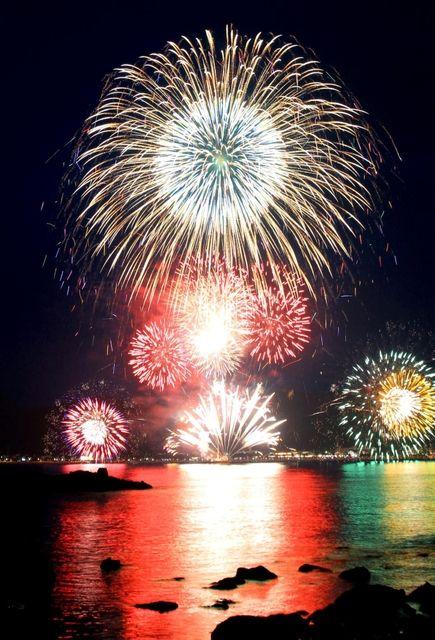 """夏の夜空に華麗な光のショーを繰り広げた、「香住ふるさとまつり」の海上花火大会。 Natsu no yozora ni karei na hikari no shō o kurihirogeta, """"Kasumi Furusato Matsuri"""" no kaijō hanabi taikai. Kembang api atas laut di """"Festival Kampung Halaman Kasumi"""", membentangkan pertunjukan cahaya yang cemerlang di langit malam musim panas. http://www.kobe-np.co.jp/news/tajima/201607/0009314697.shtml"""