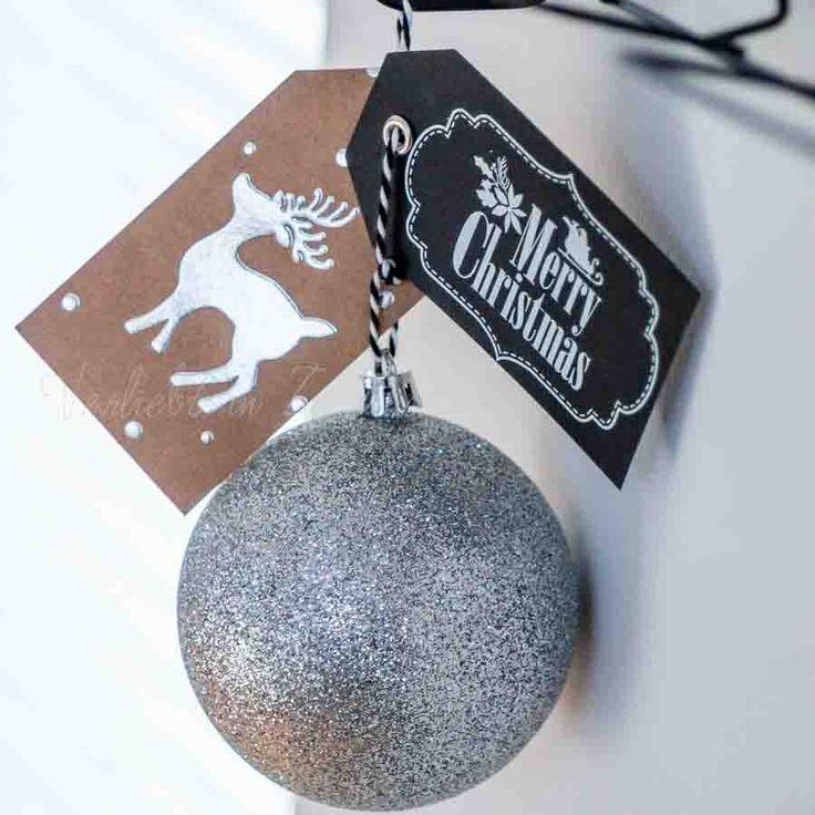 Einladung zur Weihnachtsfeier: an einer Weihnachtskugel mit Geschenkanhänger.
