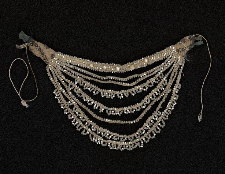 Шейное украшение-Конец XIX-начало XX вв. Материал, техника: шелк, перламутр, шитье в прикреп, хлопок, нити льняные