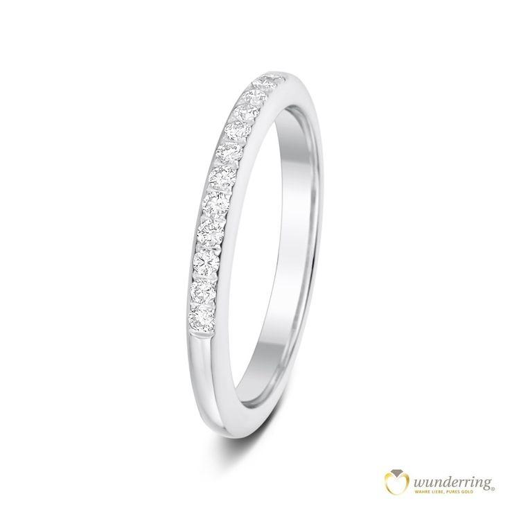 Schmaler Diamantring aus Weißgold zur Hälfte mir Diamanten besetzt. #Vorsteckring #Schmuck