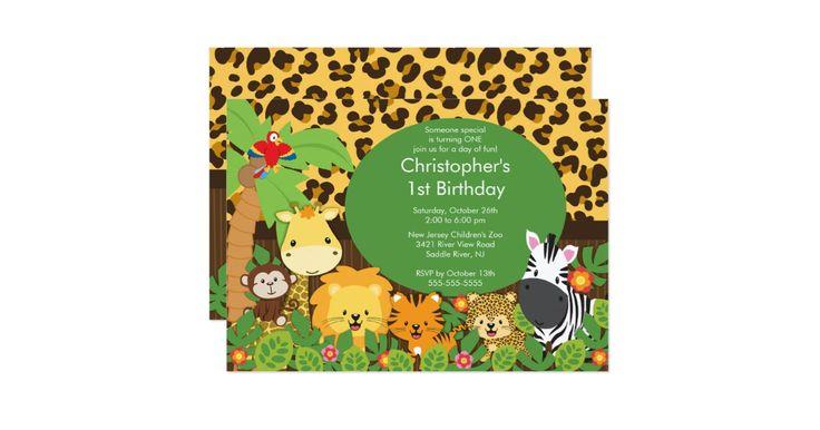 Nuestra invitación linda de la fiesta de cumpleaños del safari de selva es una invitación perfecta para su fiesta de cumpleaños del muchacho del chica del safari o del safari.  Nuestra invitación adorable ofrece los pequeños animales más dulces de la selva, una jirafa, el mono, el león, el tigre, el guepardo, el loro y la cebra con una palmera y las hojas de la selva fijadas en un fondo de la impresión de la piel animal.  Detrás de la invitación ofrece un fondo de coordinación del estampado…