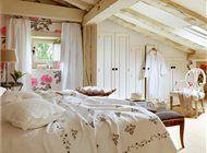 Dormitorio con techo abovedado y papel de pared de flores