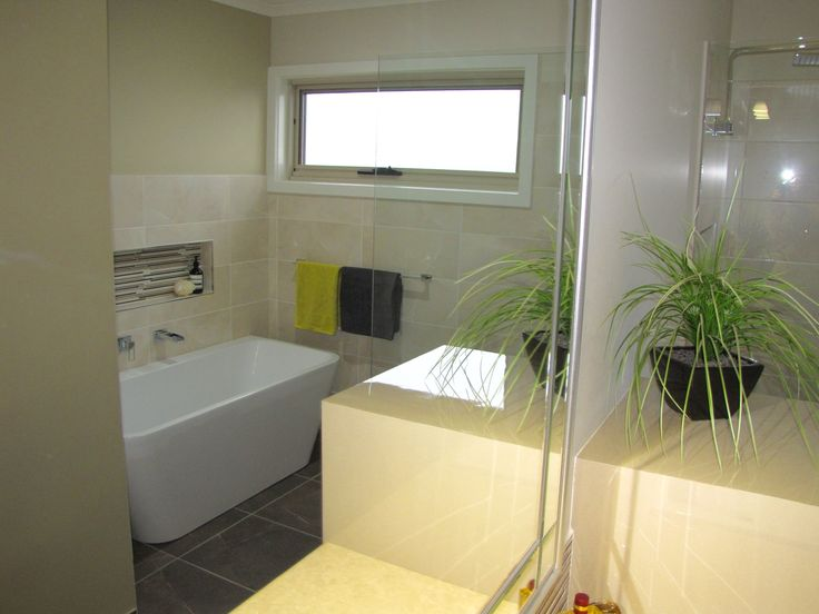 Freestanding bath with mosaic tile in recessed soap box