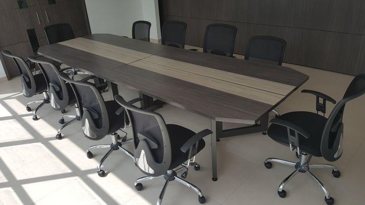 Con un diseño visualmente ligero, se fabrica esta mesa de juntas para 10 personas, el acabado de la superficie se propone en dos tonos complementarios de fórmica y las bases metálicas son pintadas con acabado electrostático para dar el look deseado.