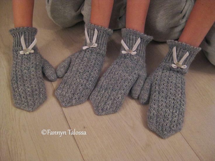 ...villalangasta, pykäreunoista, pitsineuleesta, samettinauhasta ja helmiäissimpukkanapeista. Niistä on kauniit lapaset tehty :) 3 sukkapu...