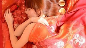 Frauen schlafen besser alleine. Genau umgekehrt verhält es sich bei Männern. Warum hört ihr im RSO-Schlaftipp