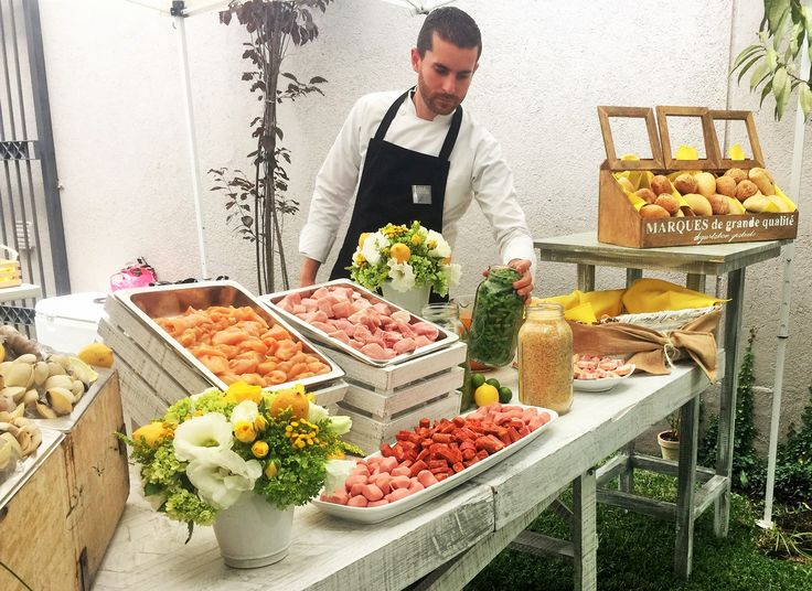 Chef Mauricio Eggleton preparando una rica Paella para celebrar cumpleaños