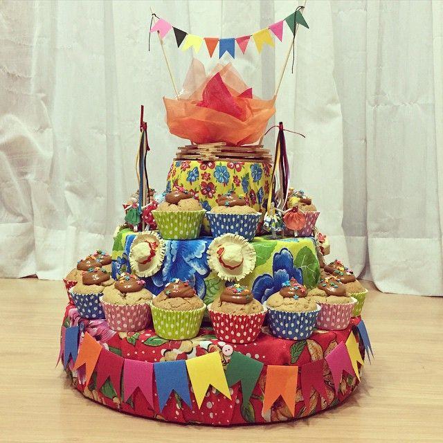 Para o concurso de bolos da festa junina do CEMJ... Base decorada pelas incríveis @etagallotti e @mcgallotti! Cupcakes da Juli! #cupcakes #festajunina #paçoca #cemj #concursodebolos