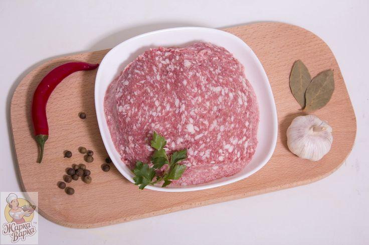 Селянский фарш  ТМ Жарка Варка - очень большое количество блюд основано на использовании фарша. Свино-говяжий фарш готовят из филе свинины и говядины, а также сала и шпика – подкожного жира свиньи. Такой фарш будет сочным, нежным, отлично подойдет для приготовления котлет и тефтелей. Котлеты свино-говяжьи изумительно вкусные, сочные. Самым лучшим выбором для выпечки беляшей или чебуреков также будет являться свино-говяжий фарш. Кроме этого,  из свино-говяжьего фарша можно приготовить…