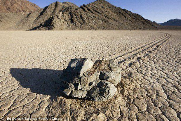 Движущиеся камни Долины Смерти. Свою теорию ученый разработал на основе простого эксперимента, который он провел у себя дома. Он заморозил в воде небольшой камень так, чтобы некоторая часть его осталась над водой. Затем он перевернул его и положил в небольшой бассейн с небольшим количеством воды и песка на дне, воспроизведя таким образом условия, возникающие на дне озера во время оттепели.