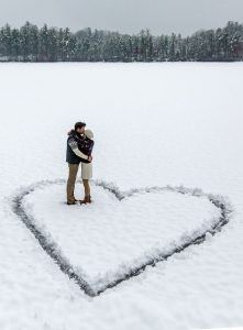 Take your save the dates with a seasonal touch! Don't miss this Winter Wedding Planning Guide!