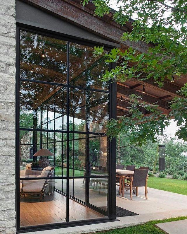 Lindo como a janelona integra com parede de pedras e a natureza Boa semana! (Via Veredas Arquitetura)