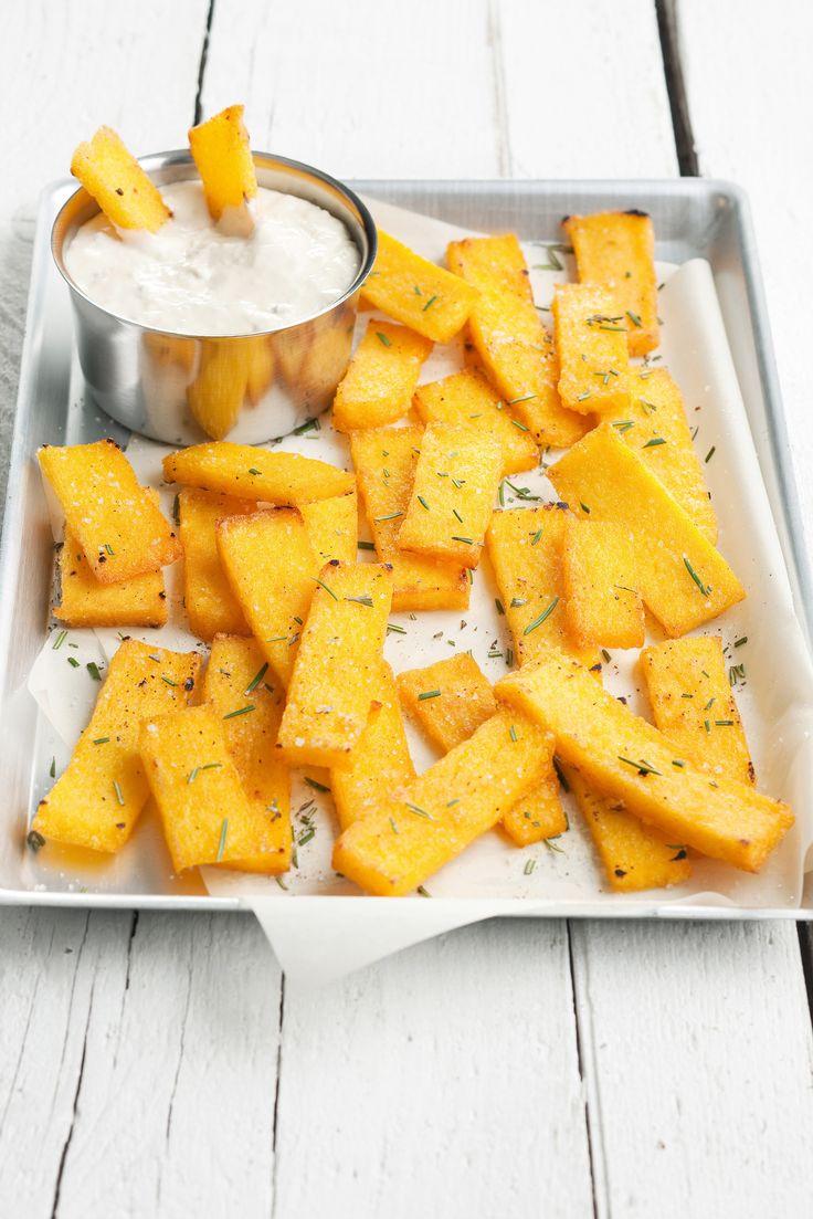 I crostini di polenta con salsa al gorgonzola non sono fritti ma sono sfiziosissimi. La ricetta giusta per dare un tocco di calore a un aperitivo sfizioso.