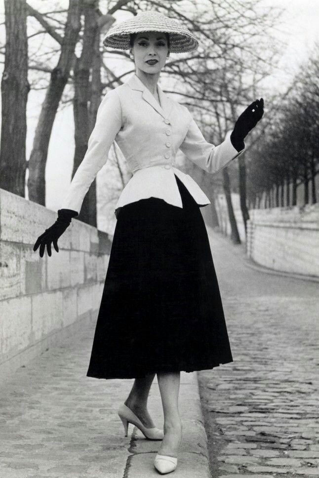 Christian Dior's New Look, 1947  Dior de baanbrekende nieuwe silhouet redfined vrouwen naoorlogse stijl en nieuw leven ingeblazen Frankrijks mode-industrie na een moeilijke jaren. De collectie – met prachtige volledige rokken en jasjes taille-cinching – was christen's eerste en werd voor altijd bekend als de New Look na Harper's editor Carmel sneeuw in 1947 zei: 'Het is zo'n een nieuwe look!' Stel je voor als elke ontwerper kon knock samen iets als dit voor hun debuut.