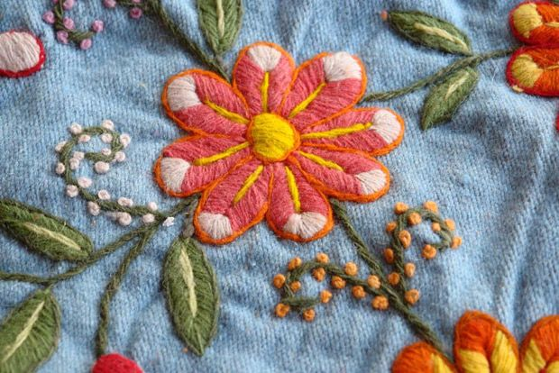 Bordados de Ayacucho: 2.700 años de tradiciones textiles artesanales - Guioteca Hand Embroidery Flowers, Silk Ribbon Embroidery, Embroidery Art, Beauty Blender Tips, Beauty Quotes For Women, Mexican Embroidery, 3d Printer Parts, Beauty Background, Textiles