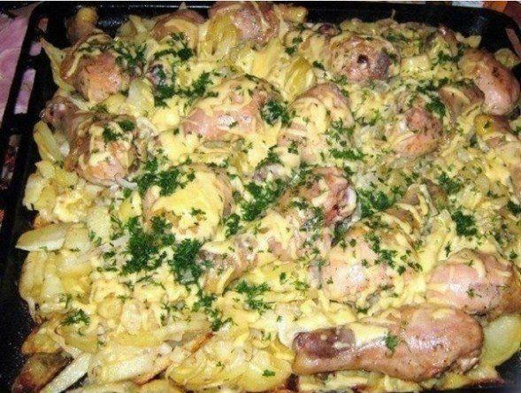 Ингредиенты: Куриное мясо (можно свинину) Картофель — 20 шт. Лук — 3-4 шт. Майонез — 2 упаковки Сыр — 400 г Зелень Соль Специи Приготовление: Если вы готовите...