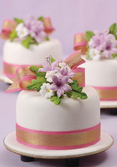 Decorar un pastel con flores.