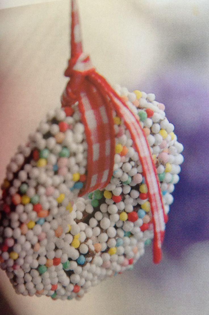 Sæt to chokoladekranse sammen med et bånd og få sjov og kulørt julepynt