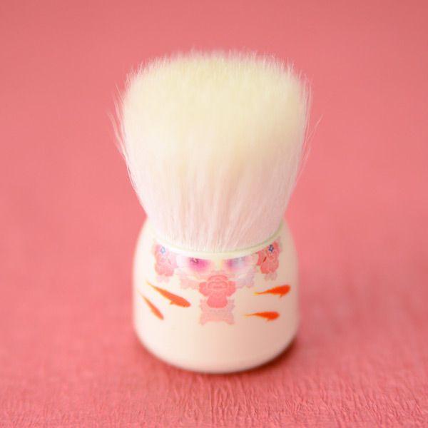 天然の最高級山羊毛の柔らかな毛先で泡立ちよく優しく洗顔できます。独自の製法で作られた洗顔ブラシの穂先がお肌を優しくしっかり洗いあげます。かわいい和の金魚柄です。 <br><br>●最高級山羊毛の粗光峰に、コシの強い超極細人工毛を混毛し、豊かでキメの細かい泡立ちを実現しました。人工毛はお肌に触れず天然の最高級山羊毛の柔らかな毛のみで優しく洗えるよう工夫されていて安心です。ブラスト加工された持ち手はしっとりと手のひらになじんでとても扱いやすくなっています。耐用期間はご使用環境によって変わりますが、6か月程度で毛が摩耗して毛切れが発生します。消耗品でございますことをご了承のうえご購入ください。(専用のフック式スタンドをお付けしています。) <br><br>●ブラシを少し濡らして、洗顔フォームか石鹸をブラシにからめとります。てのひらで円を描くようにして、泡をたてていきます。少しづつお水をたして、空気をと りこむようにすると泡がたちやすくなります。お水が多すぎると泡立ちにくい場合があります。でき た泡でお肌を洗うようにして使います。ブラシで...