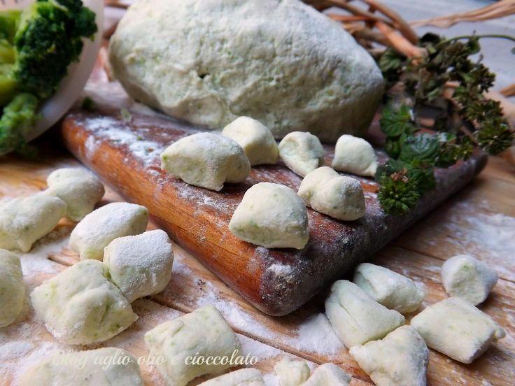 Era da un pò che volevo farli,gli Gnocchi di Ricotta e Broccoli!! Sono deliziosi,morbidi e saporiti e molto semplici da fare