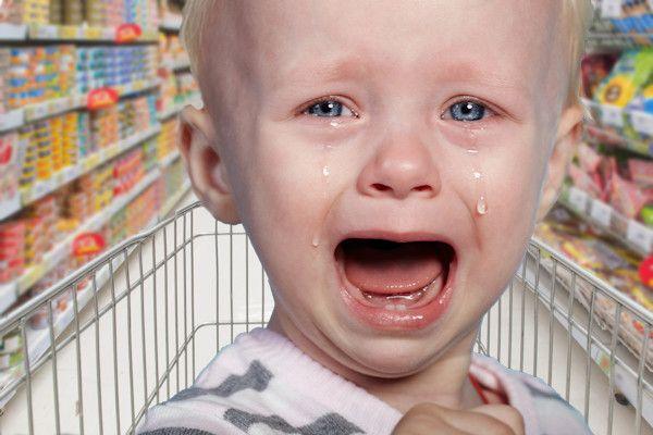 """Winkelend Nederlandergert zich steeds meer aan huilende kinderen. Ook de winkeleigenarenhebben het helemaal gehad met klanten die hun lastigekinderen meeslepen.In steeds meer winkels zijn kleine kinderen daarom niet meer welkom. Volgens de Nederlandse Bond voor Detailhandel (NBD) zorgen huilende kinderen voor een enorme omzetdaling. """"Klanten weten niet hoe snel ze de winkel uit moeten vluchten, als zo'n rotkind het op [...]"""