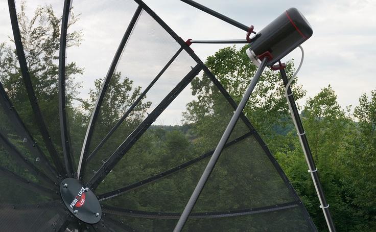 Antenna part detail with carbon Low Noise Amplifier box, ready to record radio waves from space!  Dettaglio dell'antenna con scatola del Low Noise Amplifier in carbonio, pronto per registrare le onde radio provenienti dallo spazio!