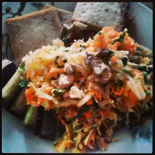 Ensalada de repollo, zanahoria, apio, palta, nueces, manzana rallada, jugo de naranja, aceite de oliva y sal.