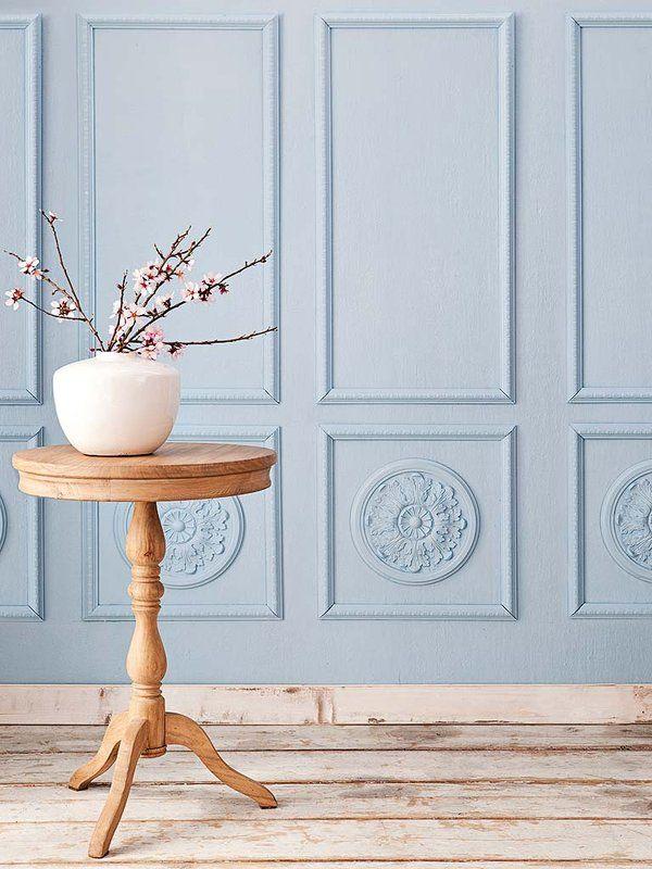Dale vida a las paredes de tu casa: Transforma el look anodino de una pared con distintas composiciones de marcos, estantes, platos o molduras