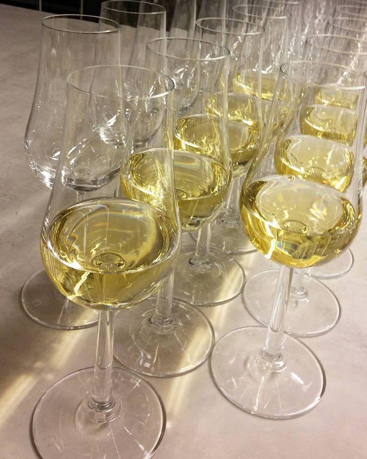 Jälkiruokaviiniä jälkiruoan kanssa. #viini#wines#winelover#winegeek#instawine#winetime#wein#vin#herkkusuu #lasissa #Herkkusuunlautasella