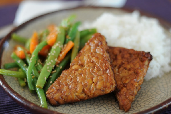 Sesame Garlic Tempeh with Green Beans