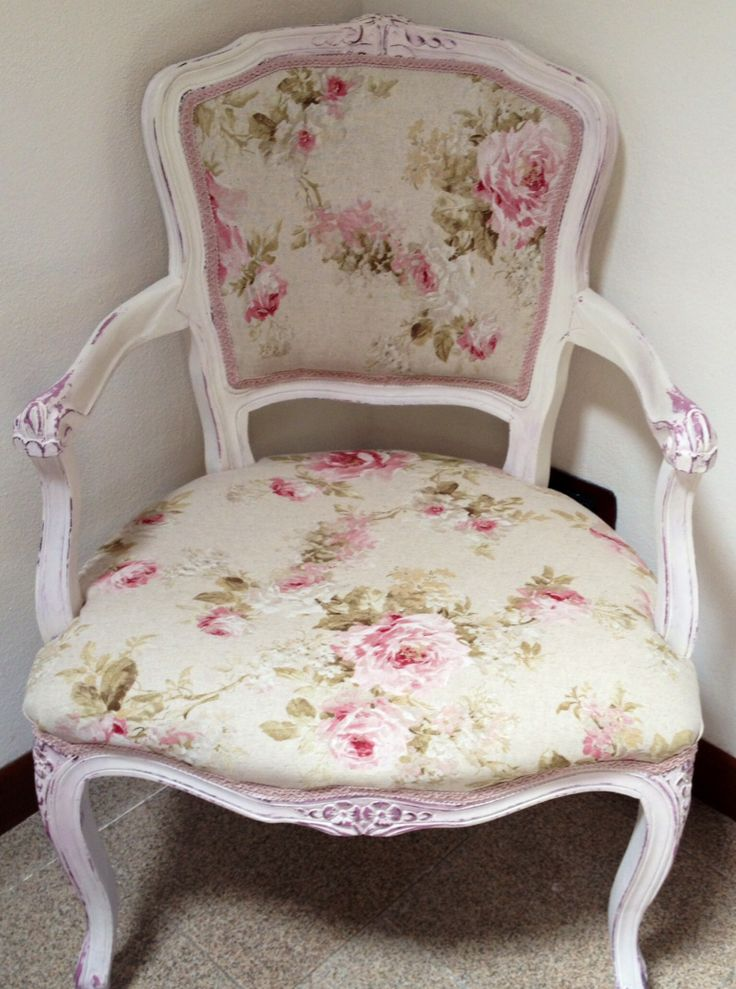 Poltroncina restaurata in stile shabby chic.