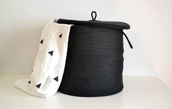 Lagre zwarte opslag mand met deksel, gemaakt van katoen touw door Zig zag steek manier. Deze mand is perfect voor: -opslag uw dekens of andere textiel -opslag uw tijdschriften -opslag uw handdoeken -Kids speelgoed -vele anderen Afmetingen; Diameter - 37 cm (14.6 inch) Hoogte - 30 cm (11,8 inch) Zorg: ter plaatse schoon met water en zeep, of handwas zachtjes.  Verzendkosten: 8-10 werkdagen levertijd, luchtpost met een tracking-nummer uit Bulgarije Voor meer van onze touw manden, hier…