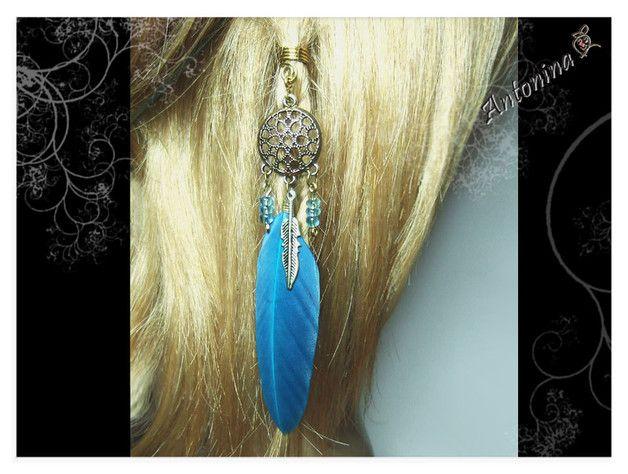 Eine Dread-Spirale mit schönen, verschiedenen Details:  Ein Traumfänger, eine türkisfarbene Feder, eine kleine Feder in goldfarben und Glasperlen in türkis-hellblau. Mit der kleinen,...