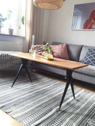 Slimmat,snyggt och väldesignat soffbord med fin teakskiva. Svart underrede med stilfulla mässingsdetaljer.