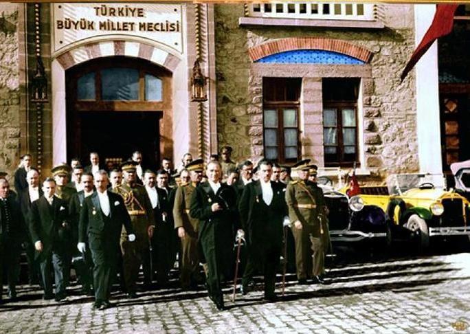 Ulusal Kurtuluş Savaşımızın Başlaması Mustafa Kemal Paşa, İstanbul'da padişah ve devlet ileri gelenleri ile yaptığı görüşmeler sonucu İstanbul'da yapılacak çalışmaların bir yarar sağlamayacağını anladı. Yurdu kurtarmak için Anadolu'ya gitmeye karar verdi. Yakın arkadaşlarının yardım ve işbirliği ile görev bölgesi Samsun ve dolayları olan 9. Ordu Müfettişliğine atandı. 16 Mayıs 1919 günü Bandırma Vapuru ile yola çıktı. Bu tarihten sonra Mustafa Kemal yurdu düşmanlardan kurtarmayı ...