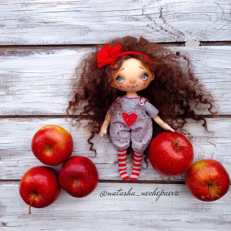 Яблоков вам в ленту . Наряд номер 2: чулочки, футболка, комбинезон, повязка на голову. Я в восторге от комбезов - будут почти у каждой малышки. Будем продаваться, а когда - сообщу #куклынечепаевойнаташи#текстильнаякукла#авторскаякукла#интерьернаякукла#коллекционнаякукла#куклаизткани#куклавподарок#кукласвоимируками#ручнаяработа#подарок#екатеринбург#doll#dolls#artdoll#dollartistry#instadoll#artdoll#art#идеяподарка#present#puppet#handmadedoll#кукла#clothdoll#fabricdoll#авторскаяработадопо...