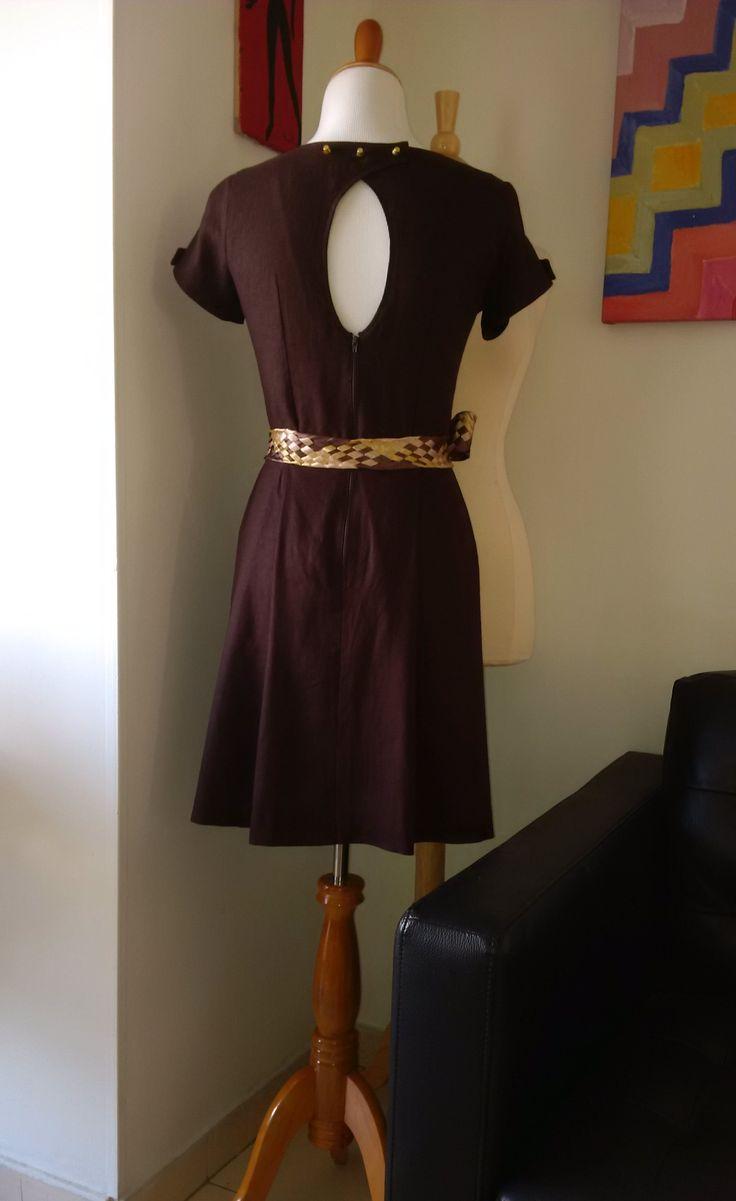 Vestido en lino, escote ovalado en espalda y mangas.
