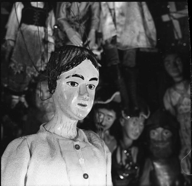 """Ella, die Seiltänzerin, Marionette von Ernst Trommer, vor Figuren aus dem Theater von Arno Walther, Aufnahme für das Buch """"Altsächsische Marionetten"""""""
