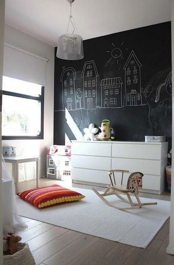 kinderzimmer akzentwand-schwarze maltafel-weiße Kommode